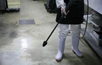 床・排水溝の洗浄に